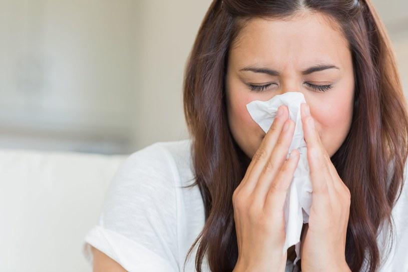 Jednym z najbardziej dokuczliwych objawów przeziębienia jest katar /123RF/PICSEL