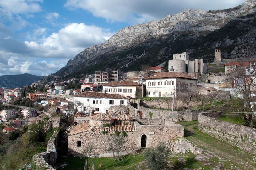 Jednym z najpiękniejszych miejsc Albanii jest położona na górskich zboczach Kruja, której główną atrakcją stanowi górujący nad miastem zamek z 9 wieżami obronnymi /123RF/PICSEL