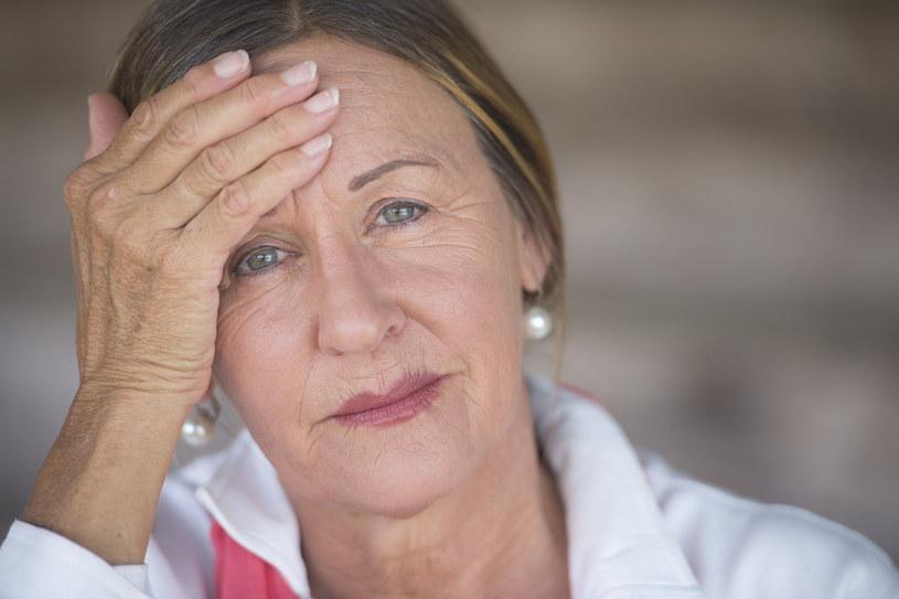 Jednym z objawów zmian przerzutowych są silne bóle głowy /123RF/PICSEL