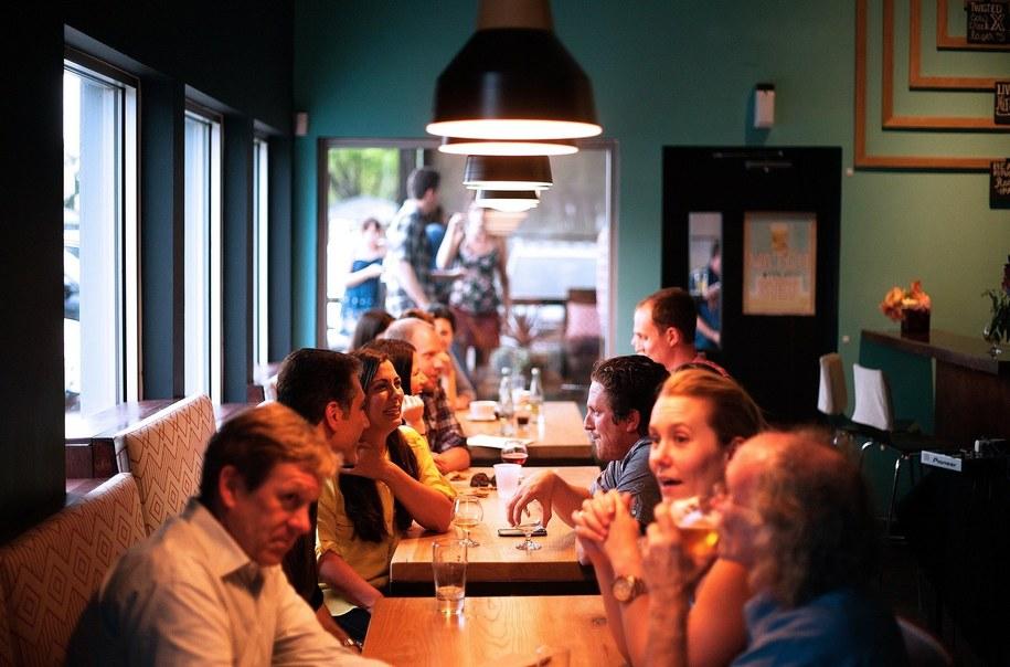 Jednym z obostrzeń, które zostało utrzymane jest ograniczenie działania restauracji do wydawania posiłków na wynos /pixabay.com /