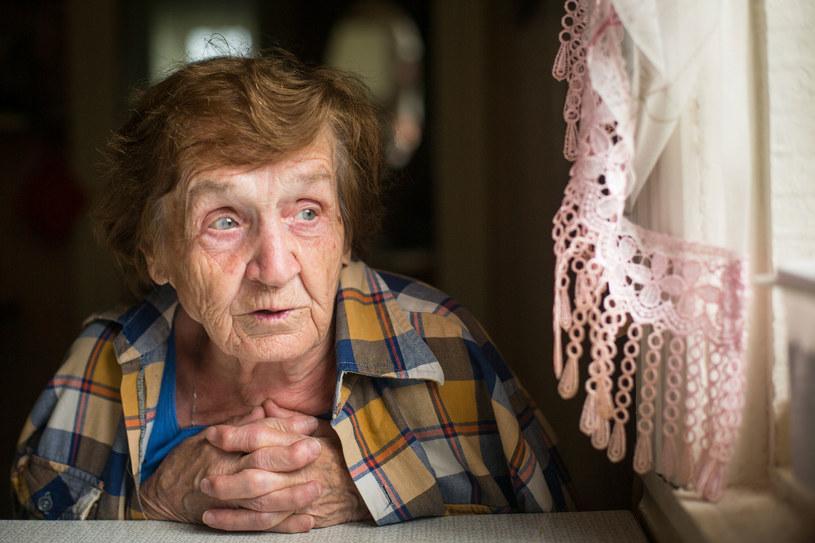 Jednym z pierwszych objawów demencji jest osłabiona orientacja w czasie i przestrzeni /123RF/PICSEL