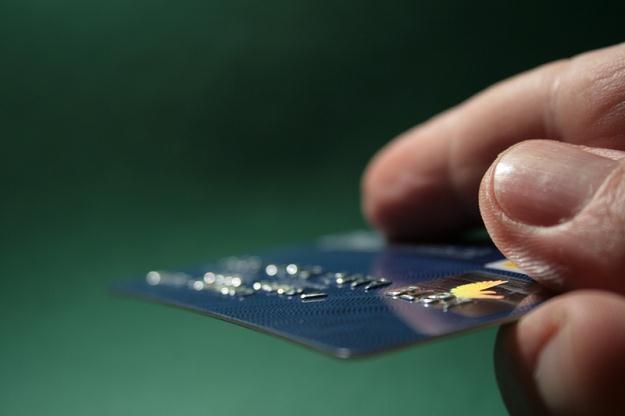 Jednym ze sposobów na uzyskanie pieniędzy od banku jest skorzystanie z karty /© Panthermedia