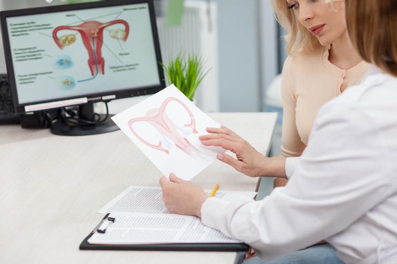 Jednym ze sposobów usunięcia nowotworu jest całkowite wycięcie jajników, a nawet macicy /123RF/PICSEL