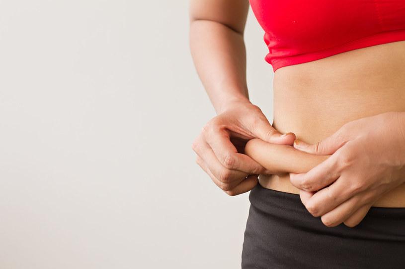 Jędrną skórę na brzuchu możemy wypracować domowymi sposobami /123RF/PICSEL