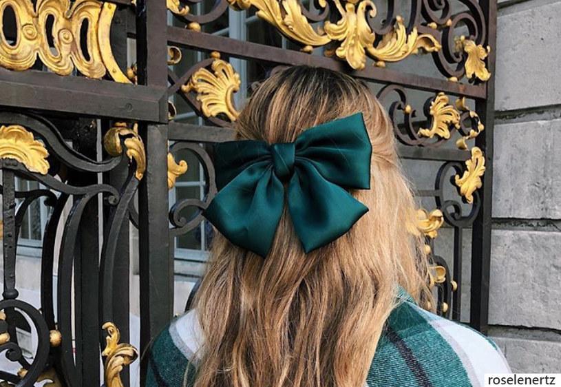 Jedwabna kokarda prostej fryzurze doda elegancji /Instagram