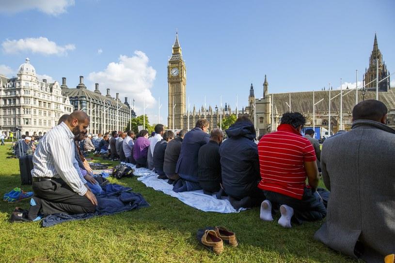 Jedyną stale przyrastającą grupą wśród wierzących są muzułmanie /Getty Images
