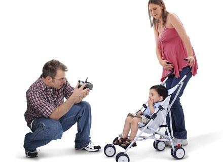 Jedynacy najczęściej narzekają na nadmiar opieki ze strony rodziców /ThetaXstock