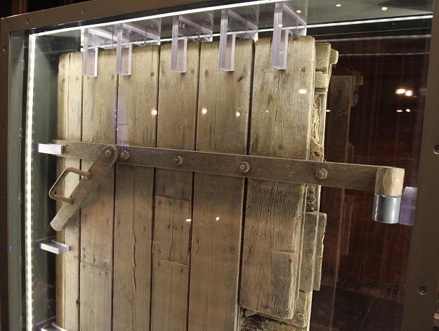 Jedyne zachowane drzwi komory gazowej z niemieckiego obozu Auschwitz/fot. J. Bednarczyk /PAP
