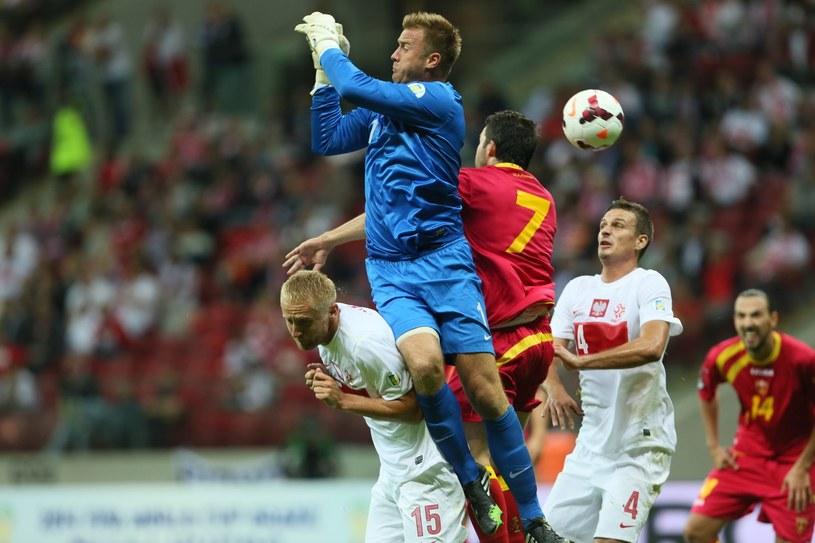 Jedyny błąd Artura Boruca w meczu z Czarnogórą. W 72. min nie złapał górnej piłki, gdyż zderzył się z Kamilem Glikiem. Bramki nie straciliśmy. /Leszek Szymański /PAP