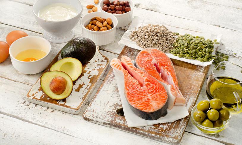 Jedz awokado i ryby morskie /©123RF/PICSEL