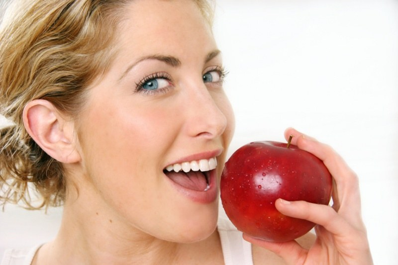 jedz jabłka /© Photogenica