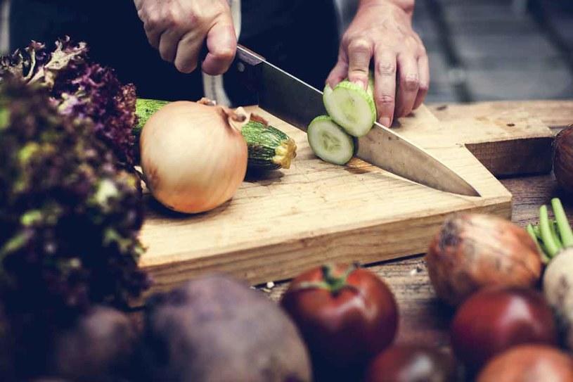 Jedz jak najwiecej surowych warzyw /123RF/PICSEL