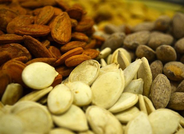 Jedz po kilka orzeszków, pestek i kiełków, a zapewnisz dzienne zapotrzebowanie na selen /123RF/PICSEL