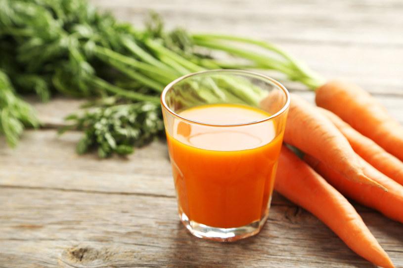 Jedz produkty bogate w beta-karoten. Znajdziejsz go w: marchewce, papryce, pomidorach, morelach i brzoskwiniach. /123RF/PICSEL