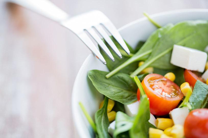 Jedz regularnie 5-6 małych posiłków dziennie, o stałych porach /123RF/PICSEL
