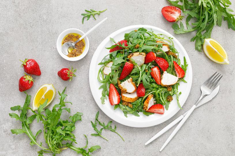 Jedz truskawki co najmniej trzy razy w tygodniu, a zmniejszysz ryzyko zawału serca o ponad 30 proc. Te owoce obniżają też poziom cholesterolu /123RF/PICSEL