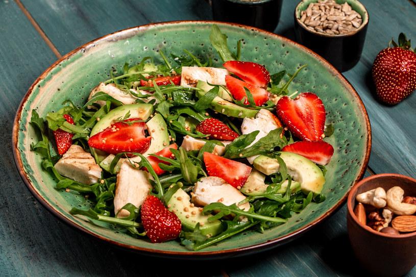 Jedz zdrowo i kolorowo - wypróbuj przepis na pyszną sałatkę z kurczakiem i awokado /123RF/PICSEL