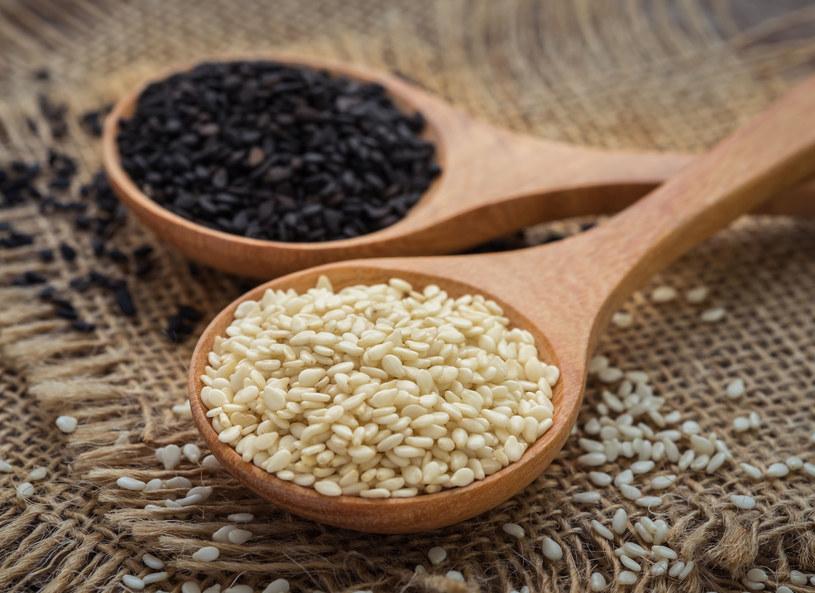 Jedz ziarna sezamu. Są odpowiedzialne za natłuszczenie naskórka /123RF/PICSEL