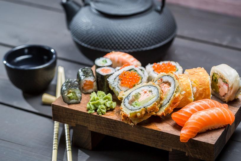 Jedząc sushi często zdarza się nam popełniać podstawowe błędy! /123RF/PICSEL