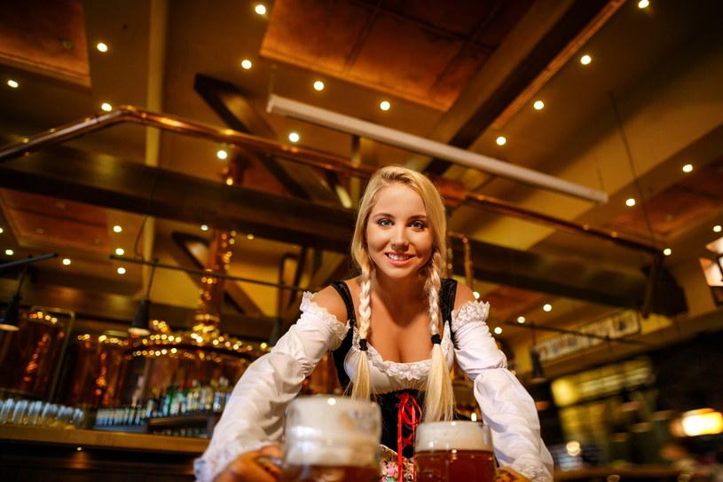 Jedząc w restauracji zdarza nam się kierować emocjami, a nie zdrowym rozsądkiem /123RF/PICSEL