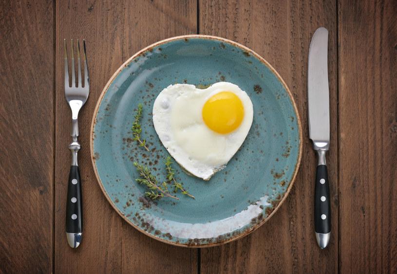 Jedząc z niebieskiego talerza zjesz... mniej. Przynajmniej zdaniem ekspertów /123RF/PICSEL