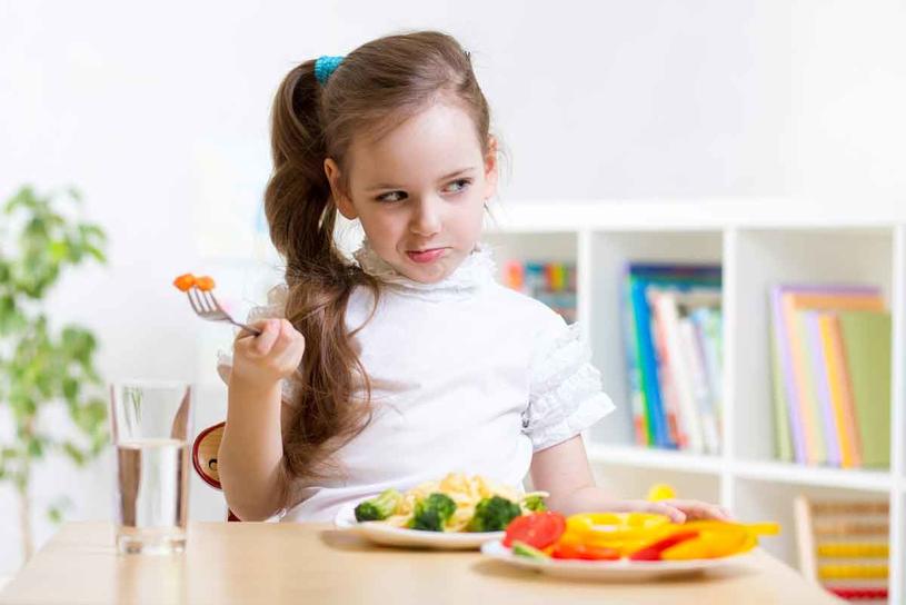 Jedzenie albo raczej niejedzenie dziecka to czuły punkt współczesnego rodzica /123RF/PICSEL