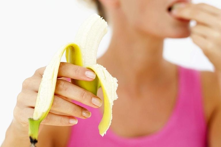 jedzenie banana /© Photogenica