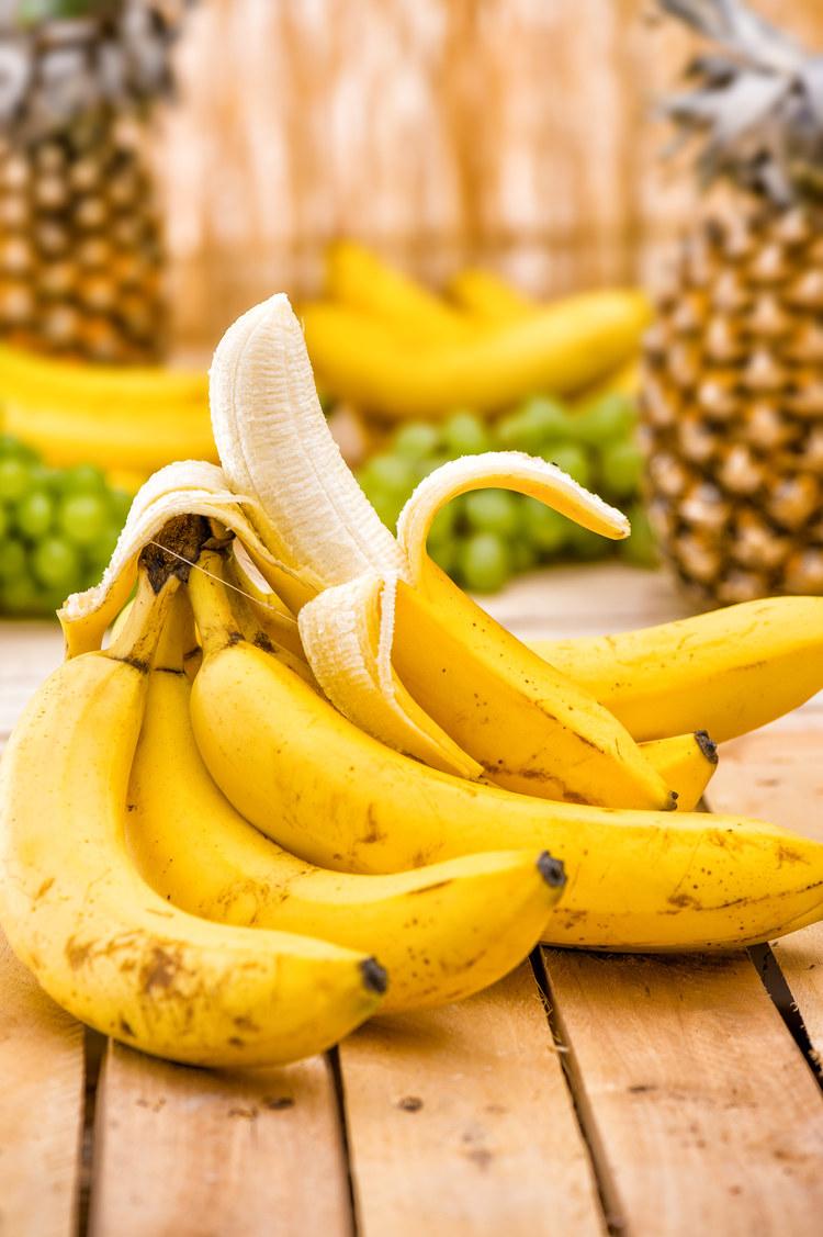 jedzenie bananów /© Photogenica