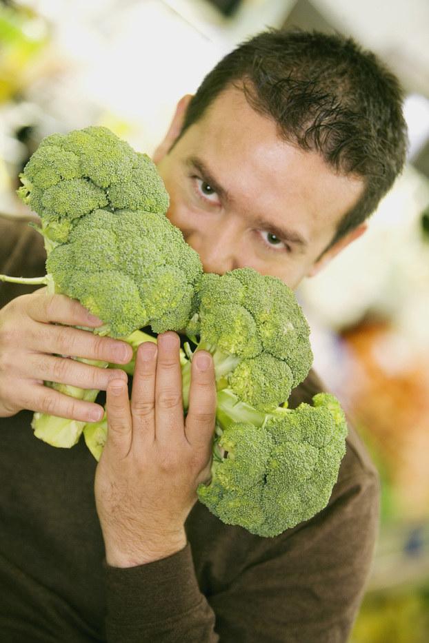 jedzenie brokułów /© Photogenica