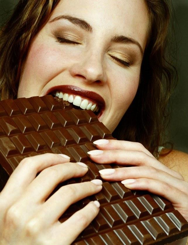 jedzenie czekolady /© Photogenica