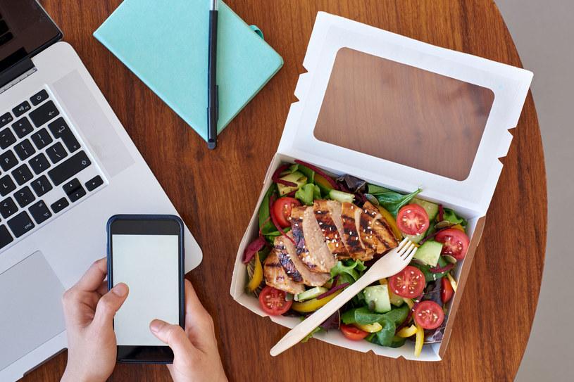 Jedzenie do pracy powinno być właściwie zbilansowane, bo od tego zależy nasze samopoczucie /123RF/PICSEL