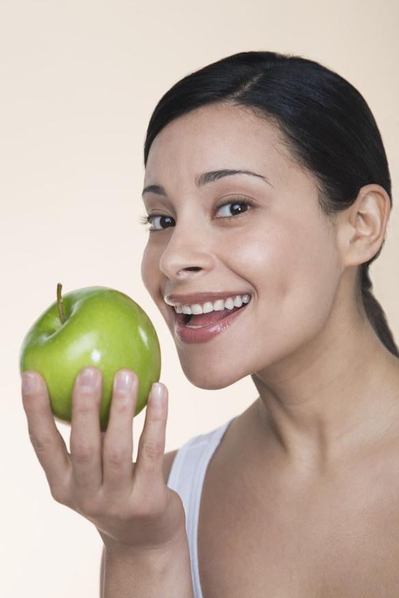 jedzenie jabłek /© Photogenica