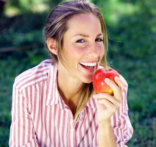 Jedzenie jabłka /©123RF/PICSEL