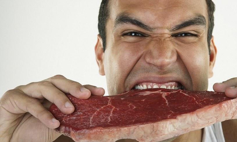 jedzenie mięsa /© Photogenica
