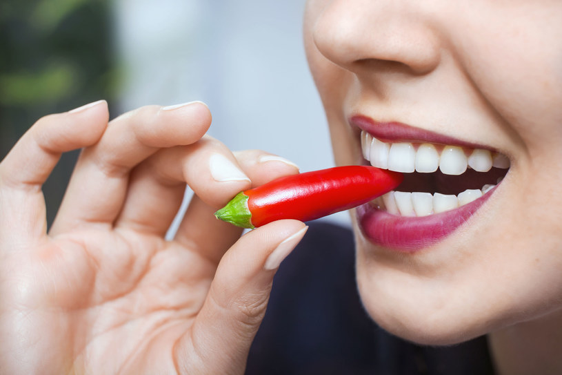 Jedzenie ostrych potraw wywołuje wiele zmian w naszym organizmie /123RF/PICSEL