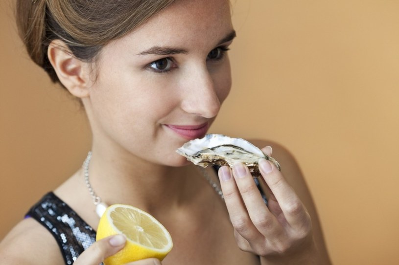 jedzenie ostryg /© Photogenica