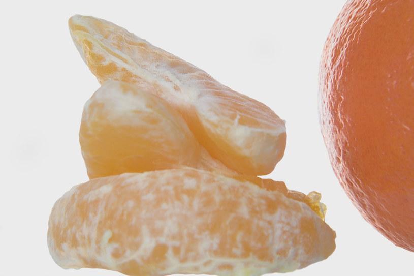 jedzenie pomarańczy /© Photogenica