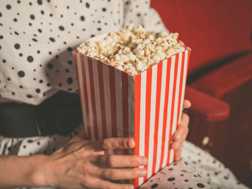 Jedzenie popcornu sprzyja powstawaniu ropni dziąsłowych /123RF/PICSEL