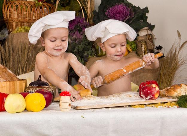 Jedzenie powinno budzić w dziecku miłe skojarzenia. Jeśli go odmawia, znaczy, że nie jest głodne. /123RF/PICSEL