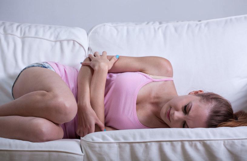 Jedzenie przed snem może spowodować niestrawność, bóle żołądka i zgagę /123RF/PICSEL