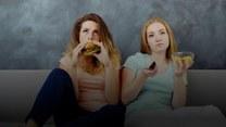 Jedzenie przed telewizorem sprzyja przybieraniu na wadze. Dlaczego?