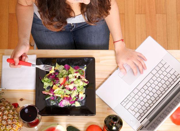 Jedzenie przy komputerze nie wpływa najlepiej na trawienie /Picsel /123RF/PICSEL