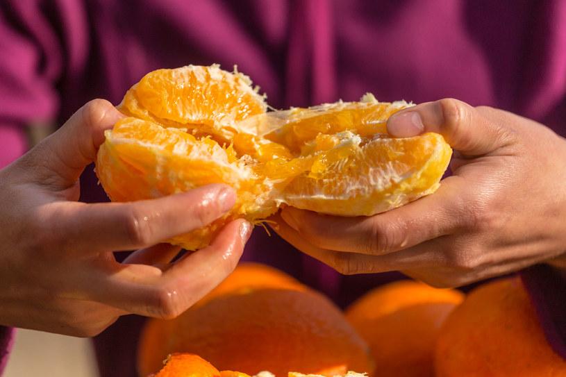Jedzenie przynajmniej jednej pomarańczy dziennie zmniejsza ryzyko rozwoju AMD o 60 proc.! /123RF/PICSEL