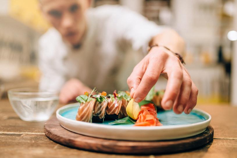 Jedzenie sushi to nie lada wyzwanie! Jak mu podołać? /123RF/PICSEL