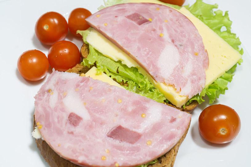 Jedzenie wczesnej kolacji jest w istocie korzystne dla naszej sylwetki /123RF/PICSEL