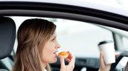 Jedzenie za kierownicą groźniejsze od komórki