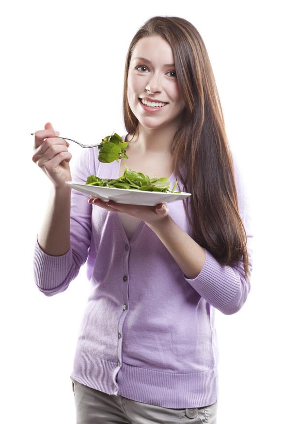 jedzenie zdrowych produktów /© Photogenica