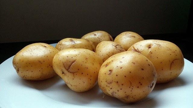 Jedzenie ziemniaków w mundurkach /© Photogenica