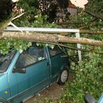 Jedziesz autem, trafiasz na burzę. Co robić?