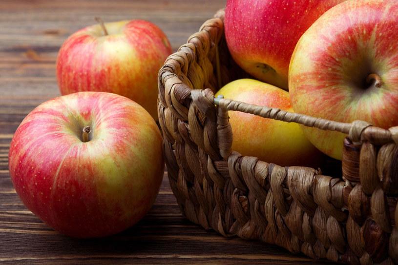 Jedzmy jabłka ze skórką. Pod nią kryje się nawięcej błonnika i cennych składników /123RF/PICSEL